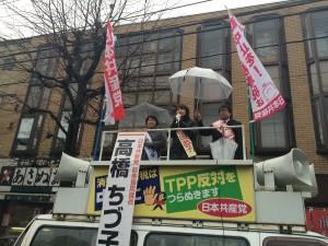 アネックスカワトク前で訴える吉田恭子さん
