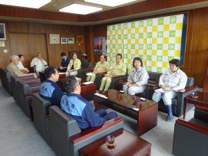久慈市役所で説明をうける調査団